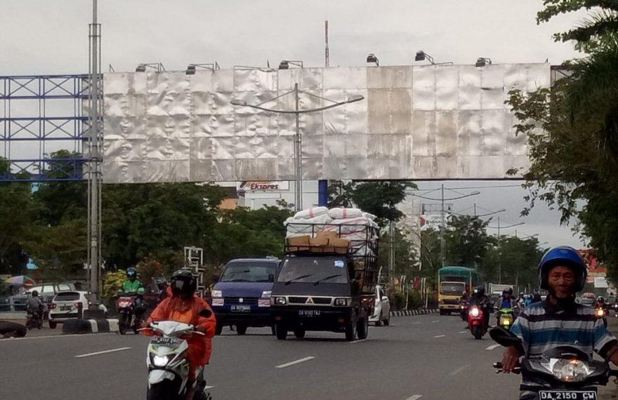 papan reklame juga berpotensi membahayakan pengguna jalan.