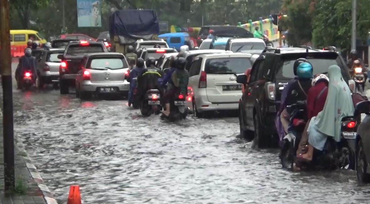 Jalan Merdeka Tergenang Air Hampir Setinggi Lutut, Akibat Guyuran Hujan