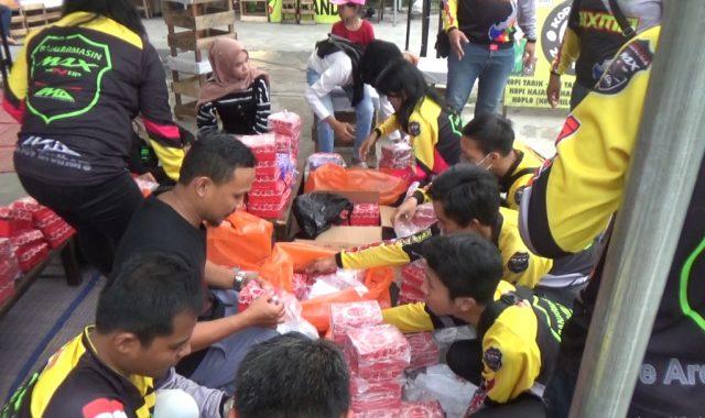 Club Motor Bixmo Bagi Bagi Takjil di Perempatan Sultan Adam