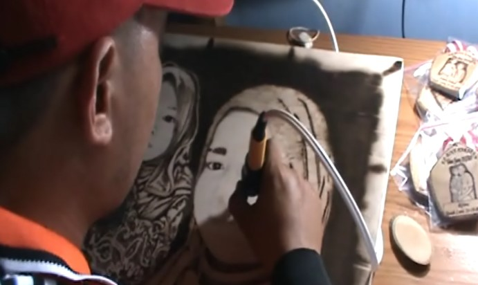 Lukis Bakar Berbahan Kayu Daur Ulang Bernilai Seni Tinggi