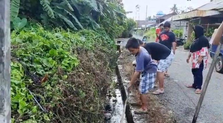 Belasan Pemuda Gotong Royong Bersihkan Selokan