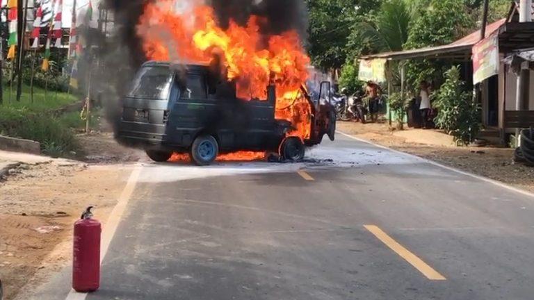 mini bus terbakar di tengah jalan A.Yani