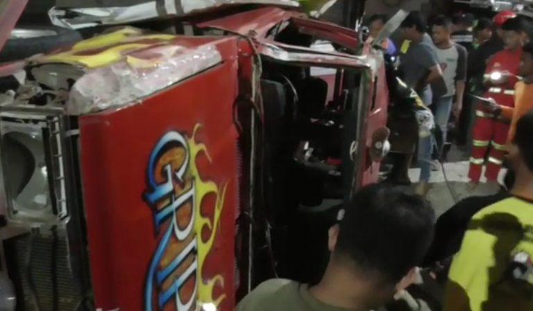 Kejar Amuk Api, Mobil BPK Terbalik 'Meringsek' Kios dan Warung