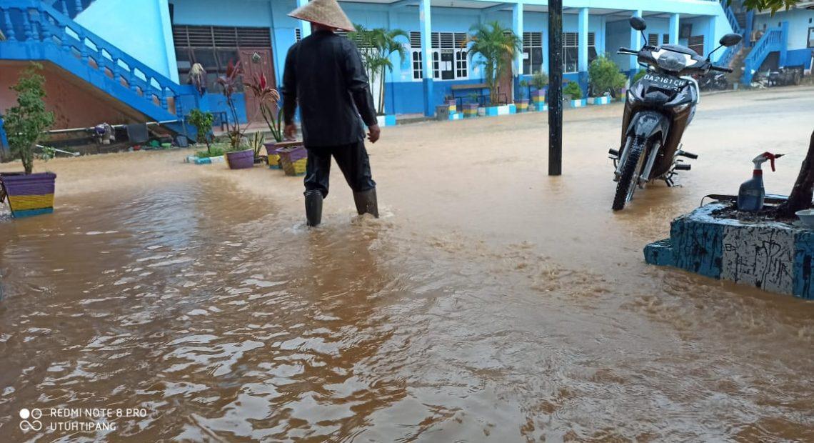 banjir di kelurahan Cempaka, merendam satu buah Madrasah