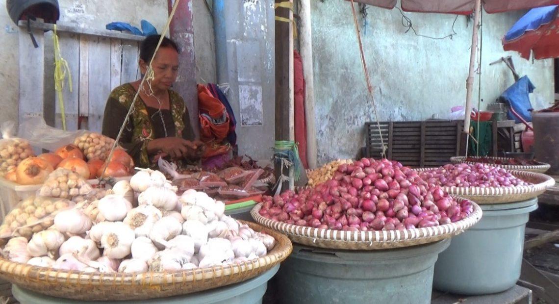 penjual bawang di Pasar Sentra Antasri