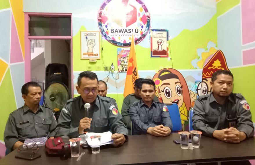 Bawaslu kota Banjarmasin dan Bawaslu provinsi Kalsel, saat jumpa pers terkait kasus dugaan pencabulan yang dilakukan oknum komisioner KPU kota Banjarmasin.