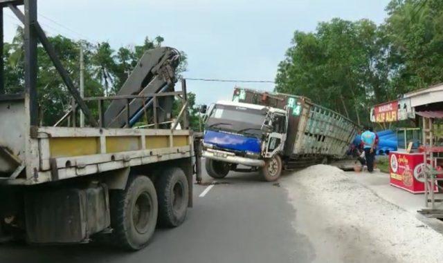 truk fuso terperosok