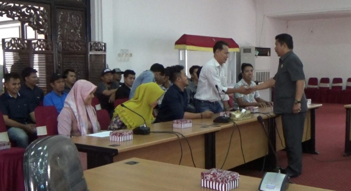 manrtan karyawan datangi kantor DPRD HSS