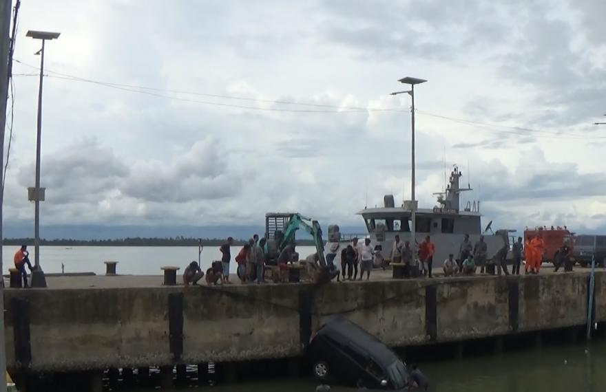 Evakuasi mobil tercebur di PPI Saijaan Kotabaru.
