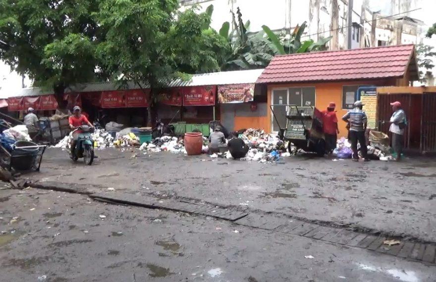 kondisi pasar telawang dipenuhi sampah