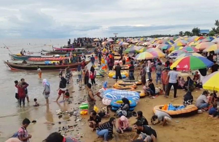 pengunjung pantai Takisung yang membeludak