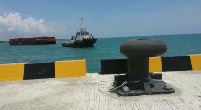 tugboat yang membawa tongkang sandar ke dermaga