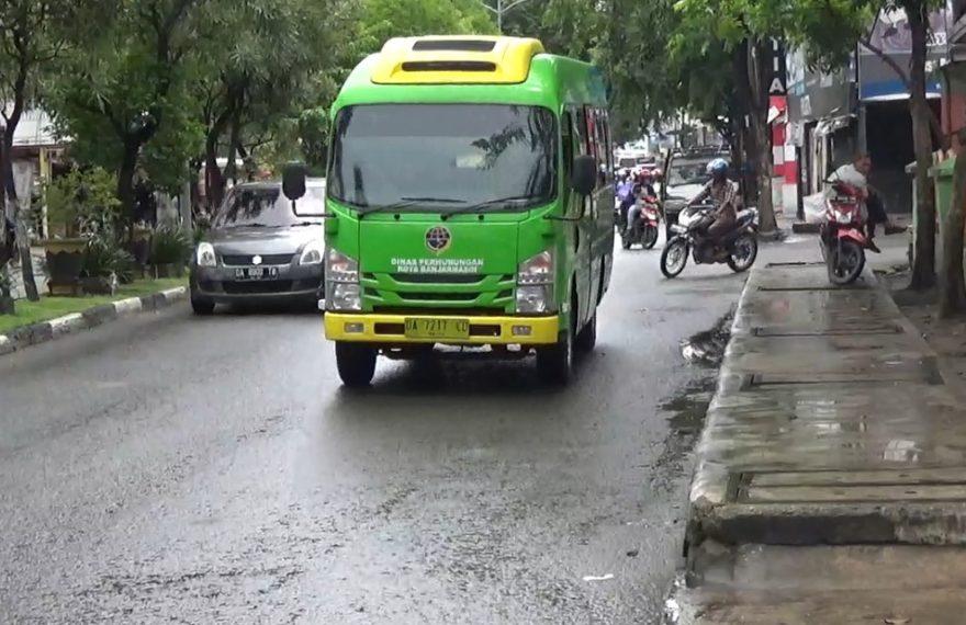 bus BTB melaju di jalan raya