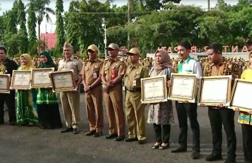 Bupati Tanah Laut Sukamta menyerahkan 9 Plakat penghargaan
