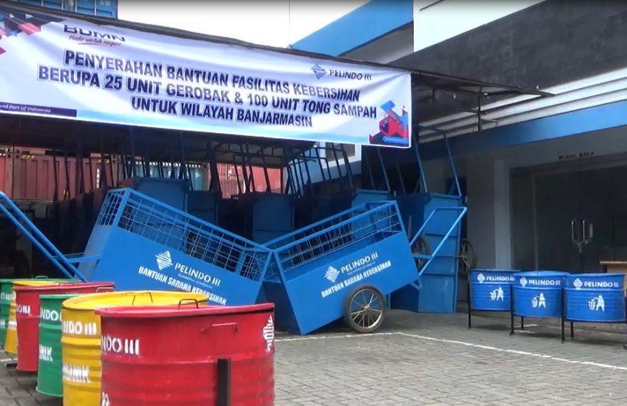 CEO PT Pelindo III cabang Banjarmasinbagikan gerobak dan tong sampah