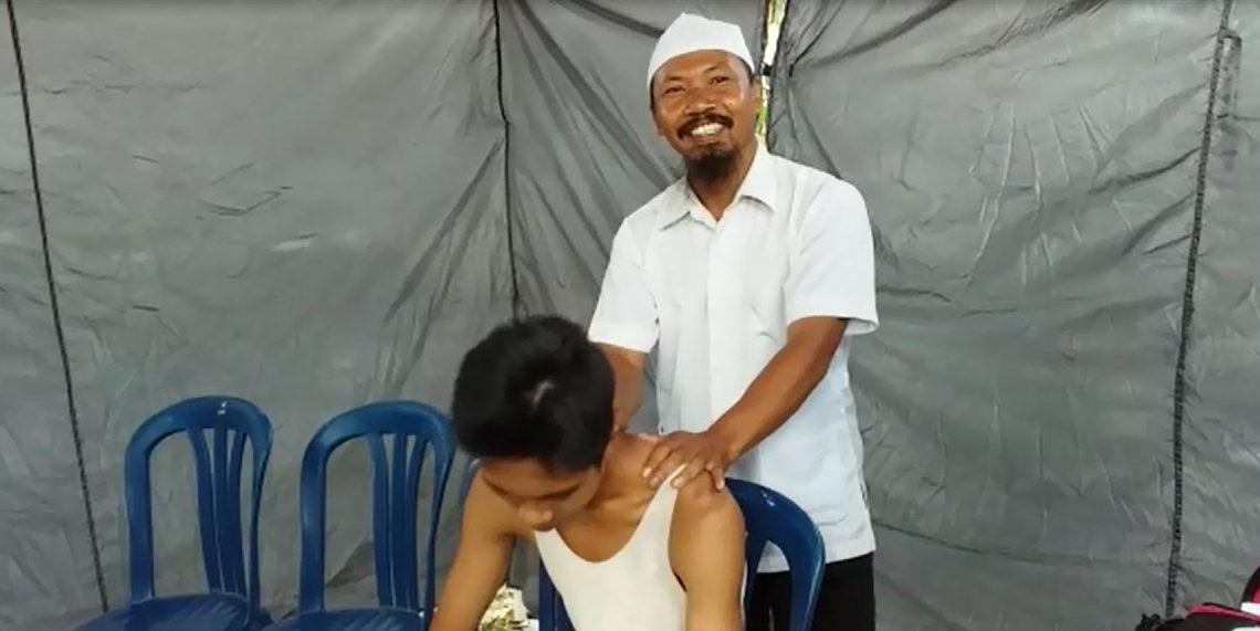 Mustaqim telah memberikan layanan pijat gratis bagi relawan