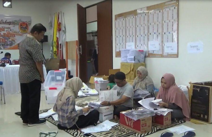 Petugas KPU kota banjarmasin masih terlihat pendataan pada berkas persyaratan