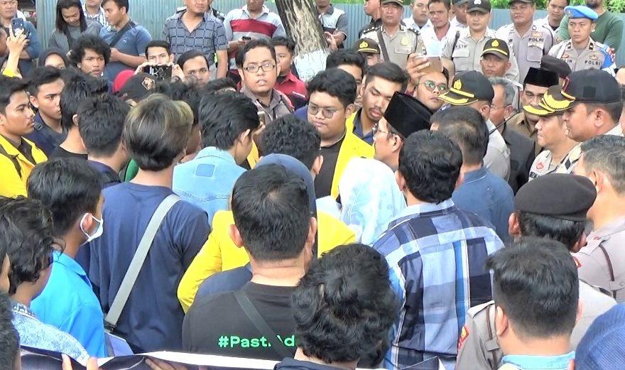 mahasiswa demo terkait rancangan undang – undang Omnibus Law