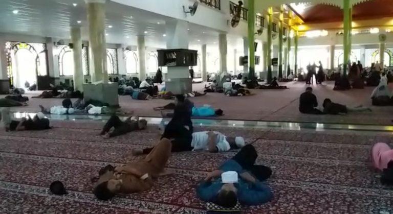 Jemaah Juga Menginap di Masjid Agung Al-Karomah