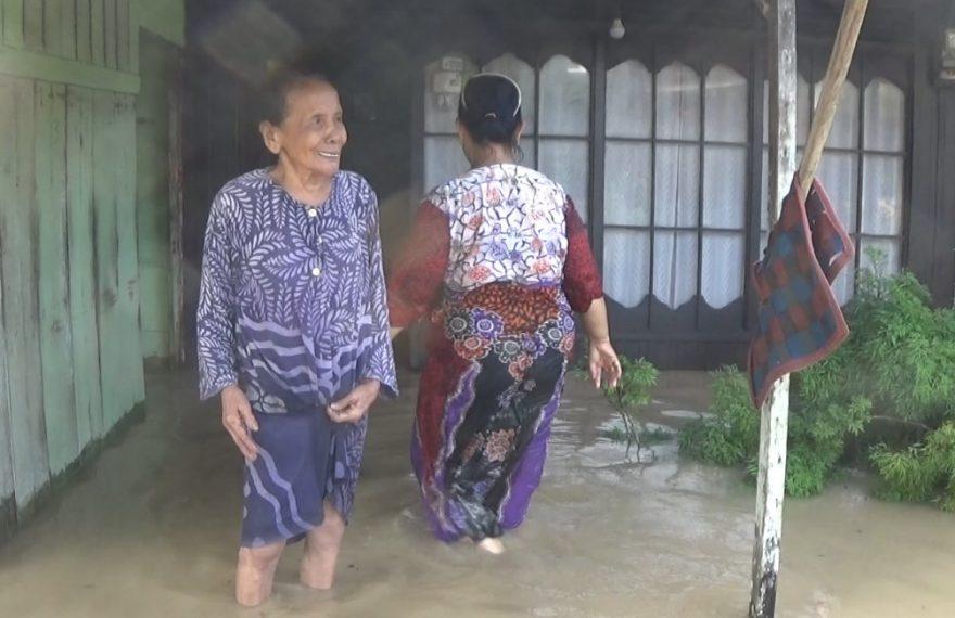 Fauziah, nenek lansia korban banjir