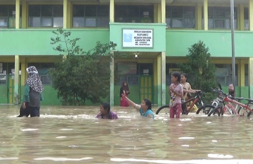 banjir di Sekolah Dasar Negeri Kupang 1