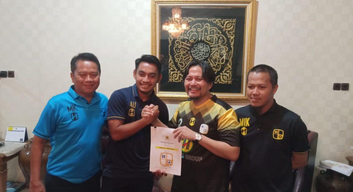 Tanda tangan kontrak Ambrizal Umanailo, bersama CEO Barito Putera.