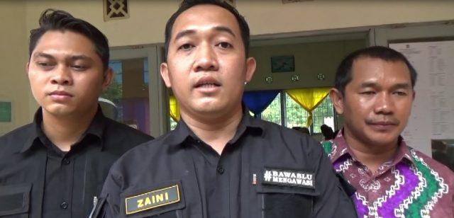 Ahmad Zaini (tengah) Ketua Panwaslu Kecamatan Tapin Tengah