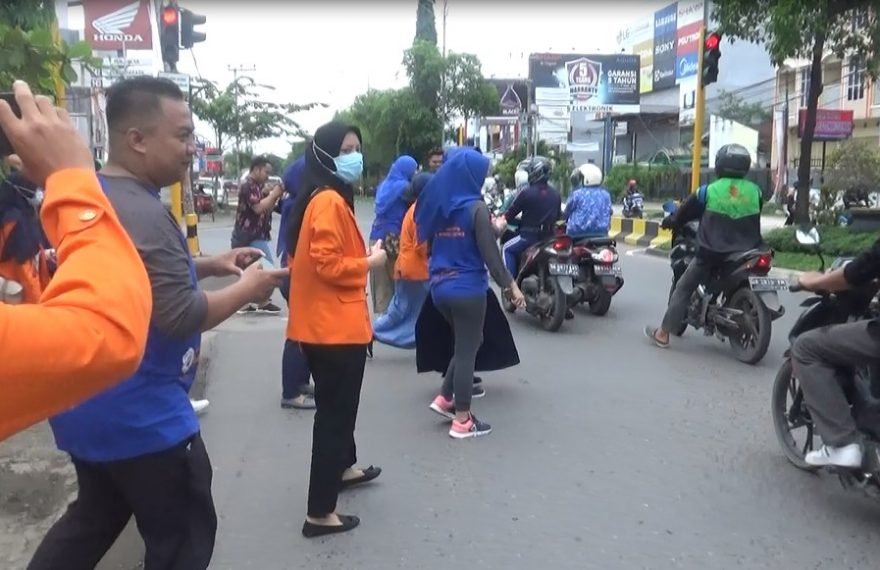 Kampus ISFI membagikan hand sanitizer secara gratis