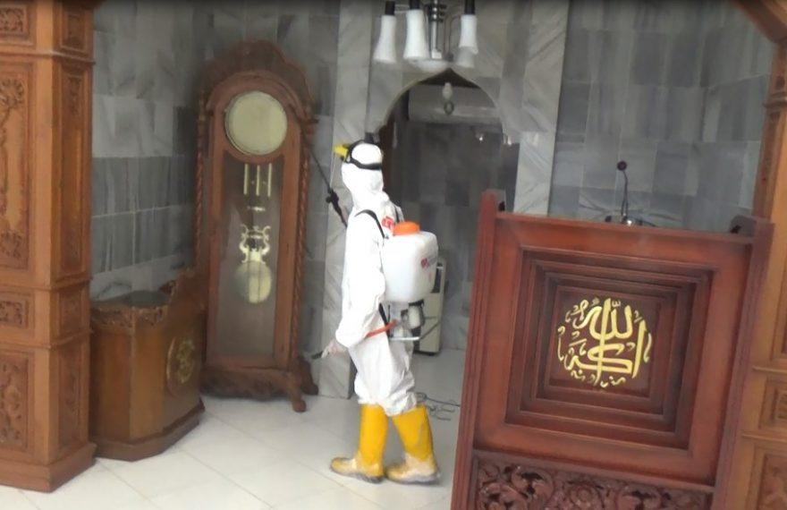 Penyemprotan Disenfektan di mesjid Al Furqon