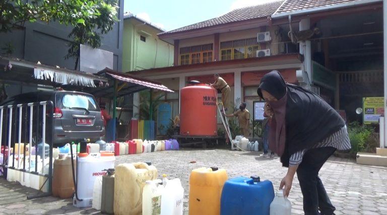 Kecamatan Bantim Bagi Disinfektan Gratis ke Warga