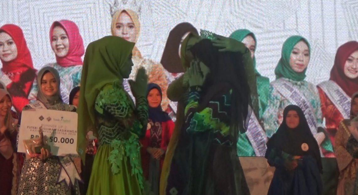 Fenny Nadila Ramadhaniah, terpilih sebagai juara dan menerima mahkota Putri Muslimah Sasirangan tahun 2020