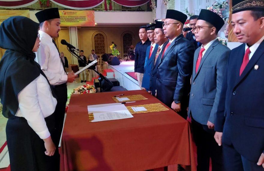 pengawas pemilu kelurahan diambil sumpah dan janjinya dalam prosesi pelantikan Panitia Pengawas Lapangan