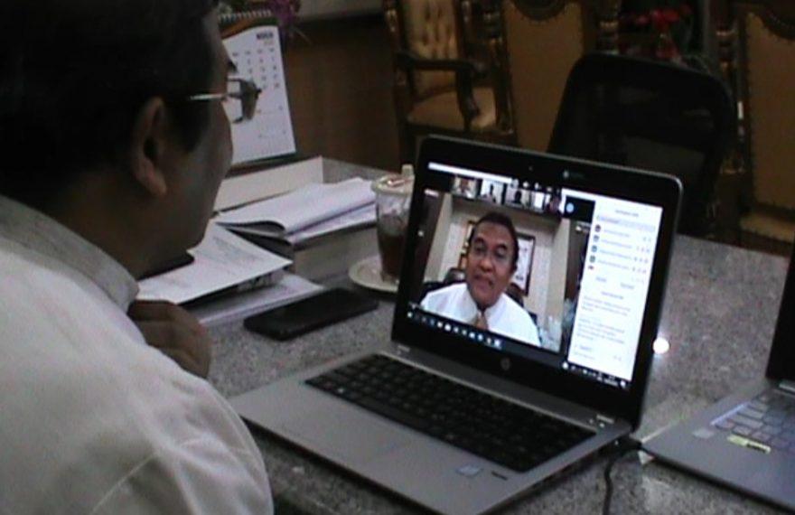 Prof. Dr. Sutarto Hadi melakukan video confrence