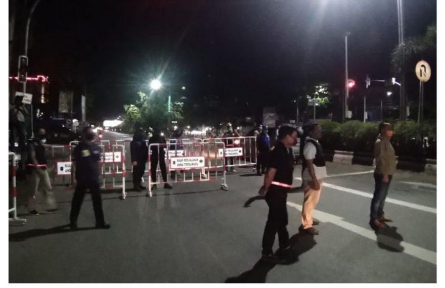 dok : Petugas Satpol PP berjaga di pintu masuk Kota Banjarmasin pada pemberlakuan jam malam PSBB Banjarmasin