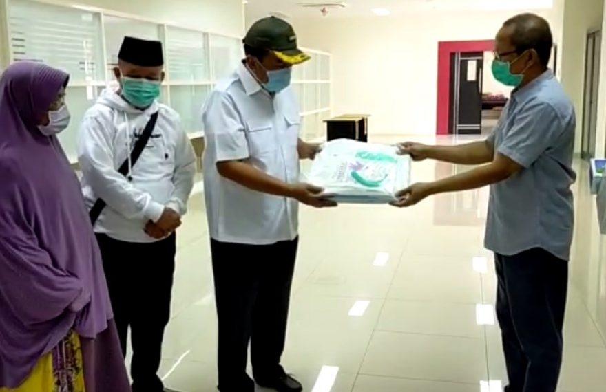 Aditya dan Iwansyah Berbagi APD ke Paramedis