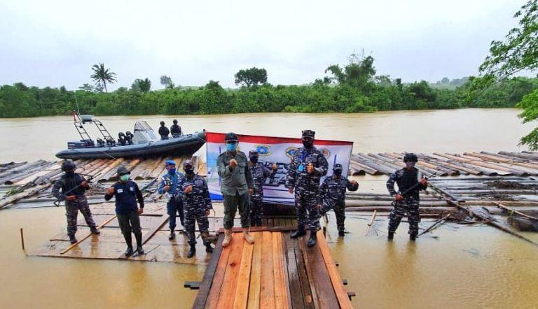 Tim Satgas Gabungan TNI AL Amankan 500 Kayu Log Perairan Satui