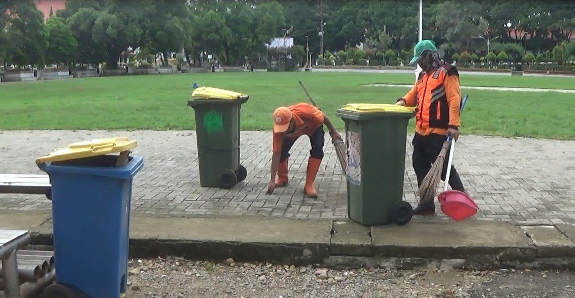 Petugas Kebersihan di HSS tetap bekerja seperti biasa