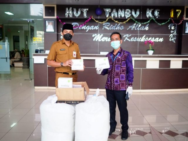 Yayasan Haji Maming Serahkan APD dan 1000 Buah Rapid Test