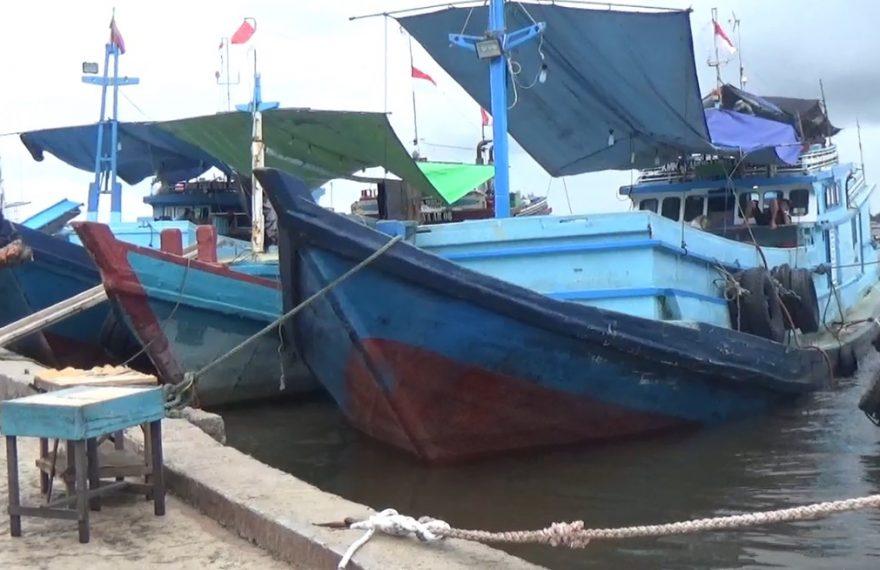 kapal nelayan yang sandar di pelabuhan
