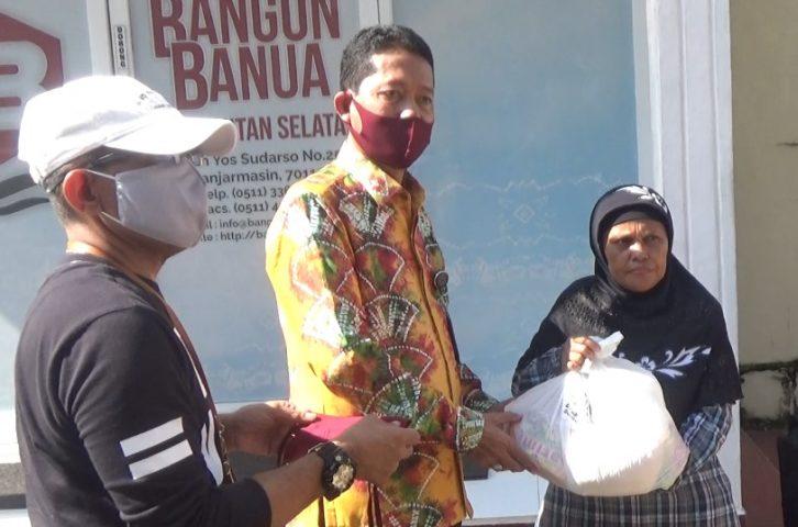PT Bangun Banua Kalsel, Bagikan Sembako dan Masker ke Warga Sekitar