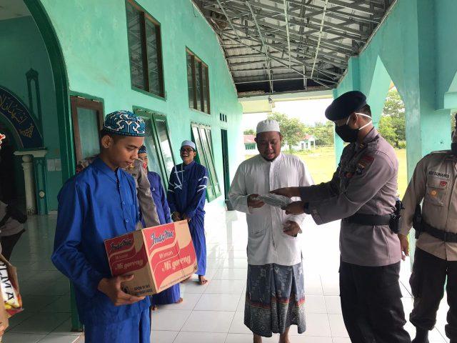 Personel Batalyon A Pelopor Satbrimob Polda Kalsel Gelar Bakti Sosial  Bantu Masyarakat Terdampak Covid-19.