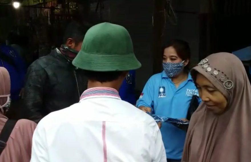 Politisi PAN Banjarbaru, Emilasari membagikan masker di pasar