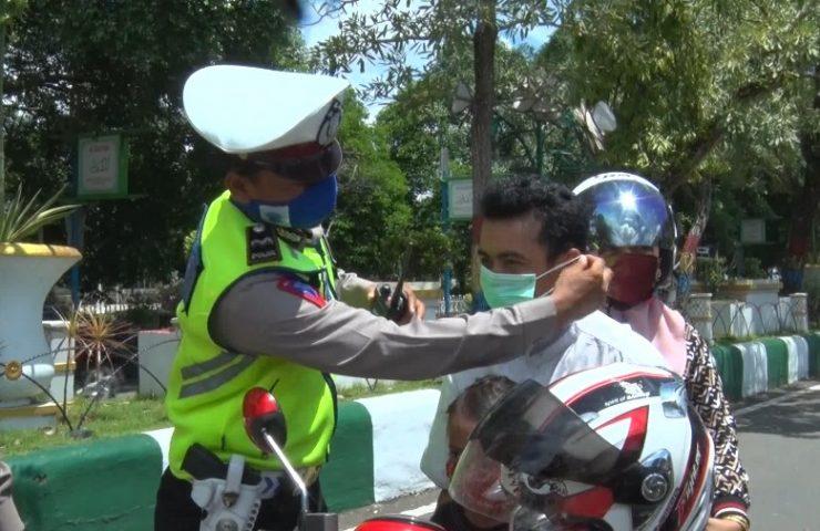 Satlantas Polres Hulu Sungai Selatan Bagi Masker ke Pengendara Jalan