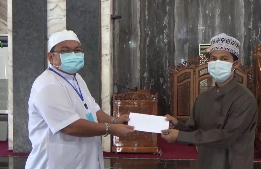 direktur Hasnur Grup menyerahkan bantuan