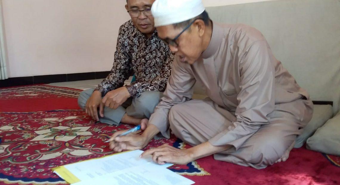 KH M Fadlan Asyari, menandatangani surat pemunduran diri