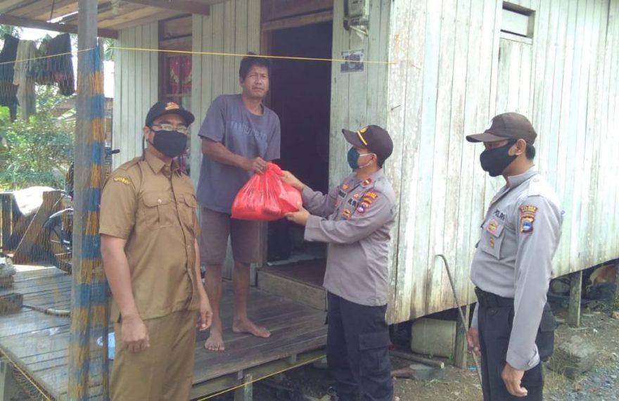 Kapolsek Mentewe & Bhabinsa Salurkan 150 Paket Sembako
