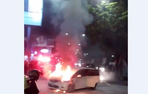 Mobil Terbakar di S.Parman