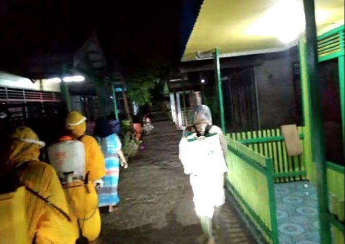 Penyemprotan Disinfektan di gang Ar Rahman
