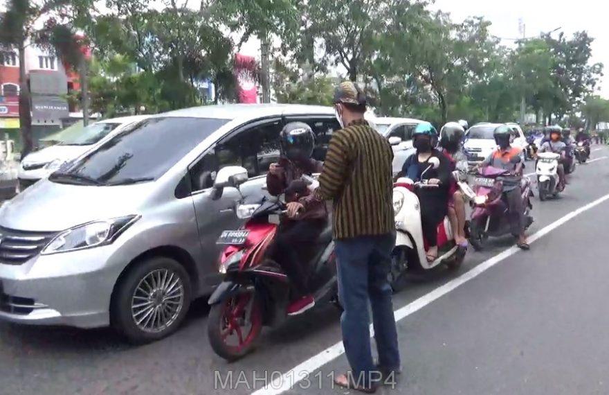 Warga Jogja Bagi-Bagi Masker di KM 6 Banjarmasin