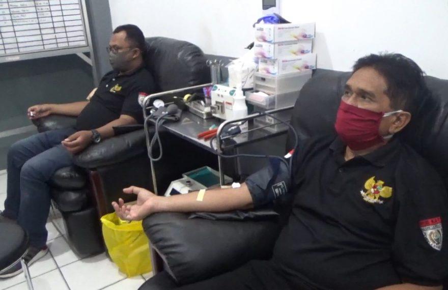 anggota dari organisasi Pekat IB mendonorkan darahnya